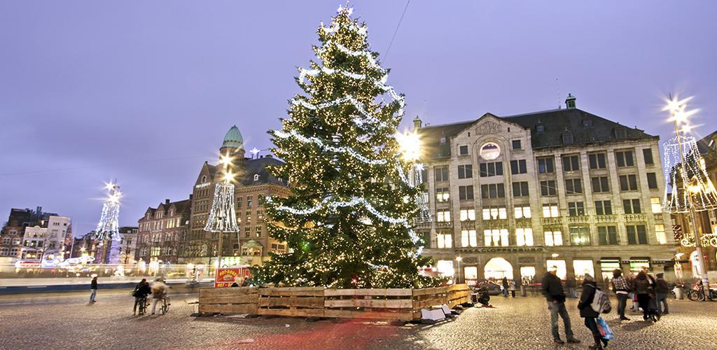 Kerstboom op De Dam met lichtjes
